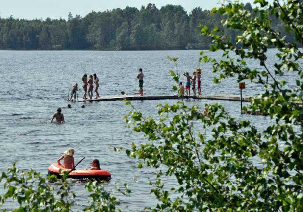 Otjänligt badvatten i fler sjöar