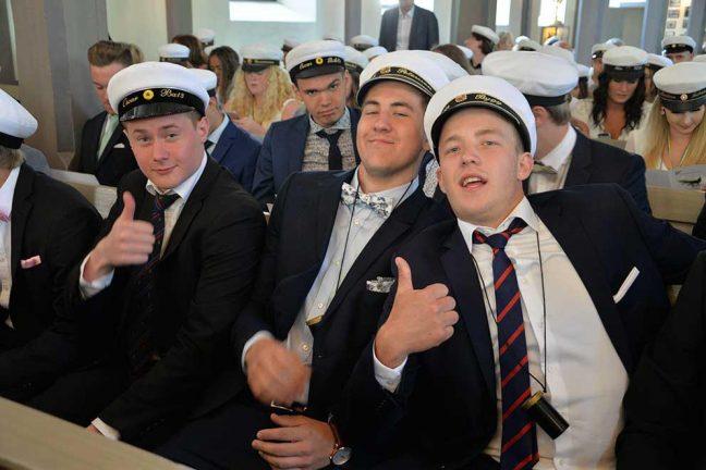 Glada studenter i kyrkan