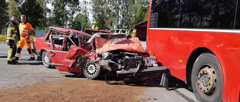 Buss med skolbarn i olycka