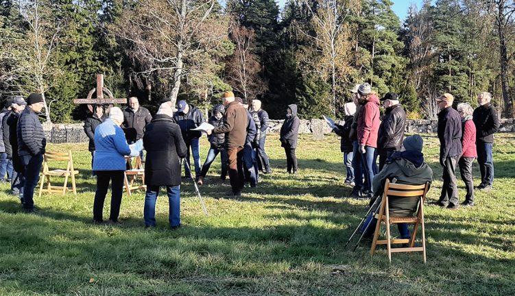 Hångers Hembygdsförening har guidats på gamla kyrkogården