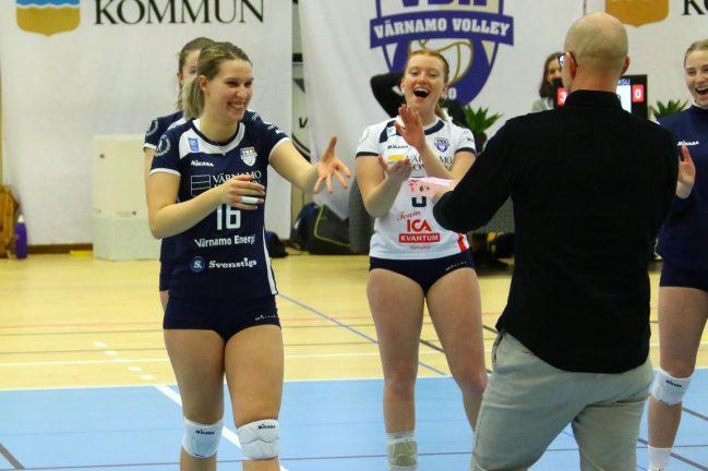 Bildextra: Äntligen seger igen för tjejerna i volleyboll