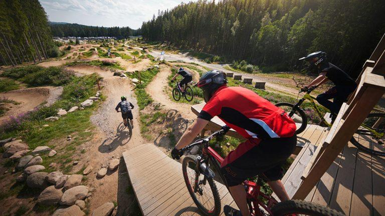 Specialbyggda mountainbikesbanorl lockar cyklister från hela Sverige till Isaberg. Foto: Pressbild
